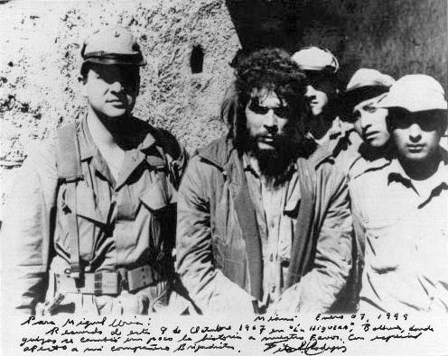 «ارنستو چه گوارا» چنددقیقه قبل از اعدام، در اسارت شبه نظامیان آمریکایی-بولیویایی
