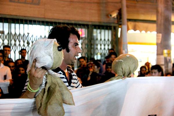 اجرای تئاتر خیابانی «بچه ناخدا» توسط هنرمند بسیجی «بهنام کاوه» پیش از آغاز برنامه جلوهء دیگری به مراسم بخشید.