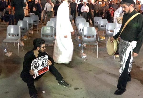 اجرای تئاتر خیابانی «با من فریاد بزن» به کارگردانی «مهدی پرویش» قبل از آغاز مراسم.