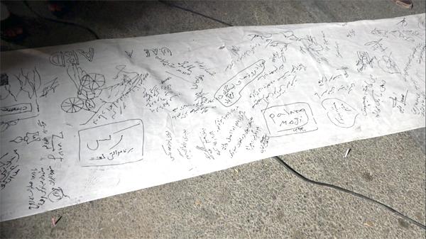 در پایان مراسم، علاوه بر روشن کردن شمع (به یاد شهدای سینما رکس آبادان) طوماری با امضاهای فراوان و دلنوشته های متفاوت همشهریان آبادانی تهیه گردید.