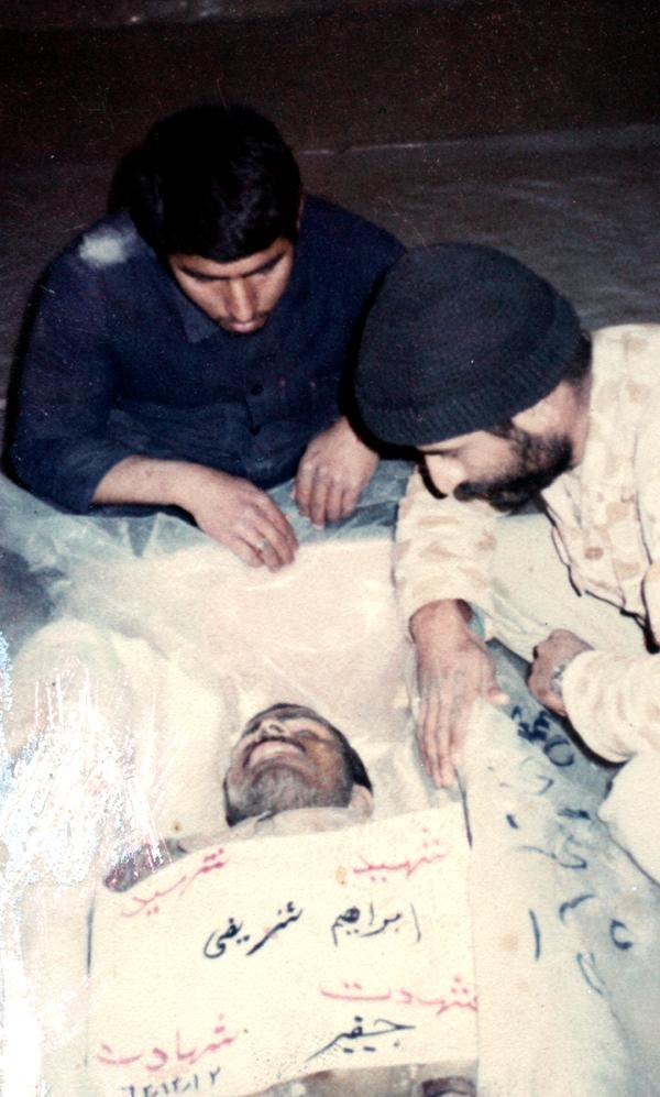 اسفند 1362 - وداع با پیکر پاک «سردار شهید ابراهیم شریفی». (جانباز علیرضا یگانه و جانباز اسماعیل حاجی زاده)