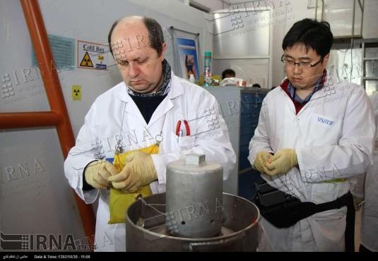 اجرایی شدن توافق هسته ای ژنو2 - پلمپ تجهیزان و تأسیسات هسته ای کشور توسّط بازرسان آژانس بین المللی انرژی اتمی. (1392/10/30)