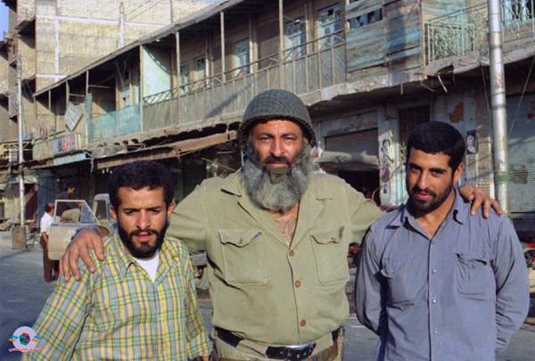 آبادان، لین یک احمدآباد. زنده یاد مصطفی سرآندیب (نفر وسط).