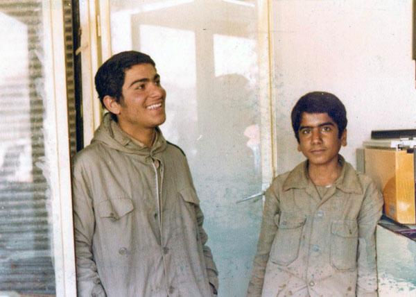 از راست: رزمندهء جانباز حسین فرهانیان و پاسدار شهید سیّدجمال آقاجری.